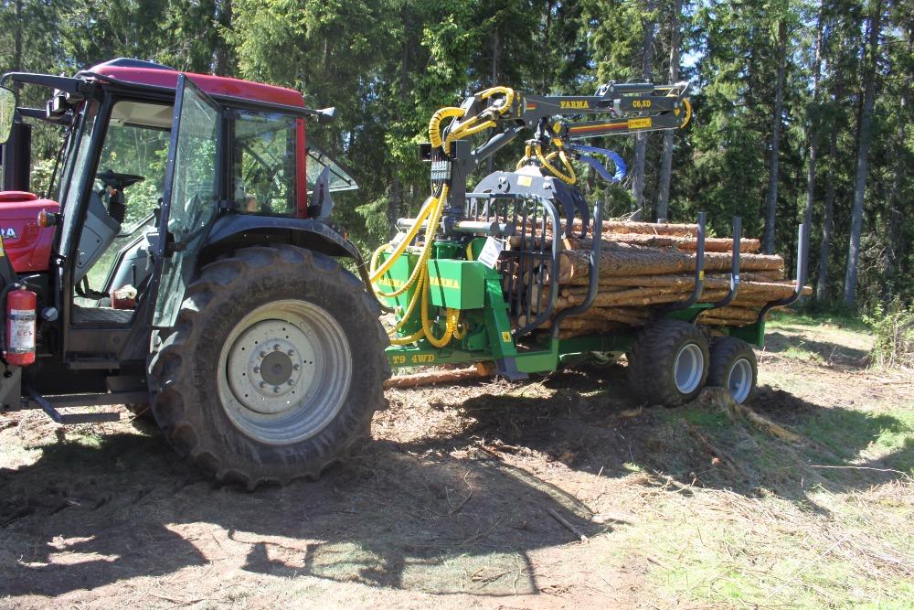 Vyvážací vlek FARMA CT 6,3-9 4WD a Valtra