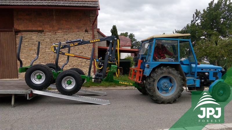 Klanicový vyvážecí vlek FARMA CT 3,8-6 a traktor Zetor
